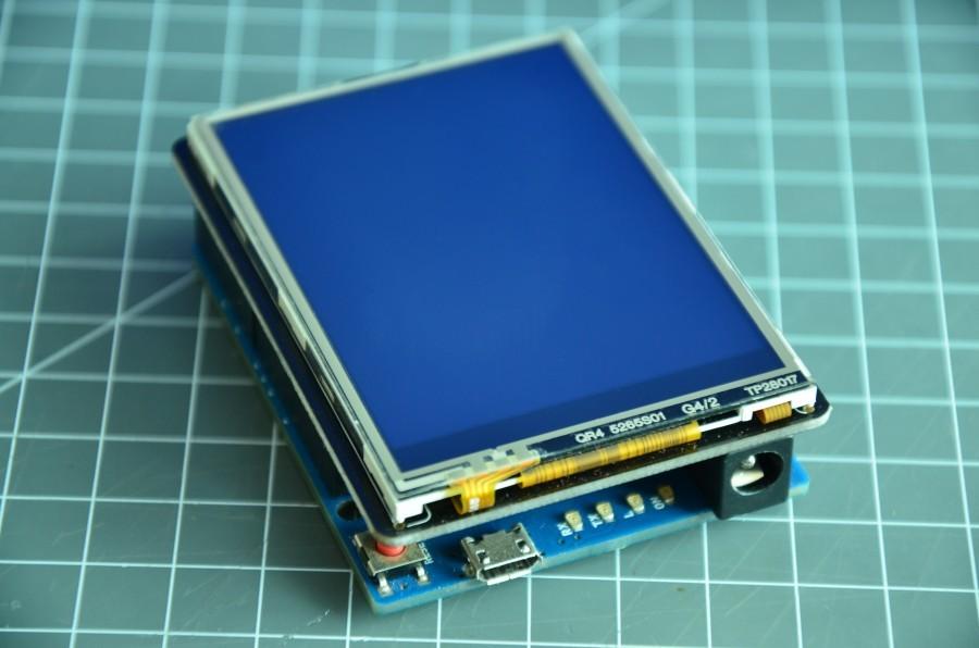 Arduino s připojeným TFT shieldem