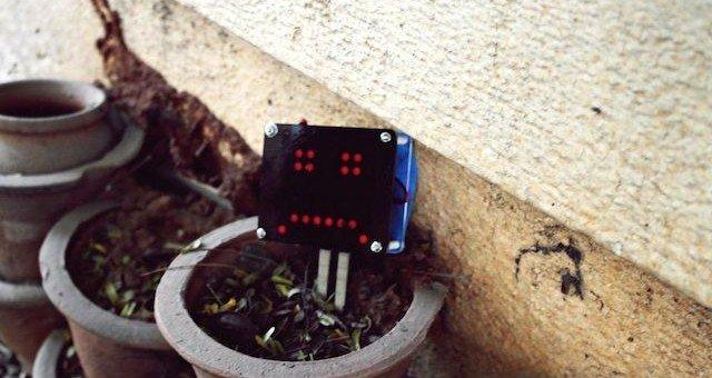 Senzor vlhkosti rostliny v podobě smajlíku