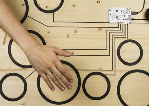 Bubny vytvořené pomocí Touch Board a vodivého inkoustu.