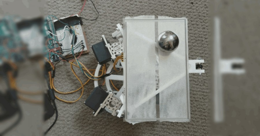 Arduino balancuje míčkem na podložce