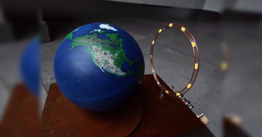 Hodiny zobrazí osvětlenou část země