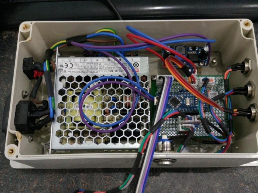 Pohled na elektroniku uvnitř krabice