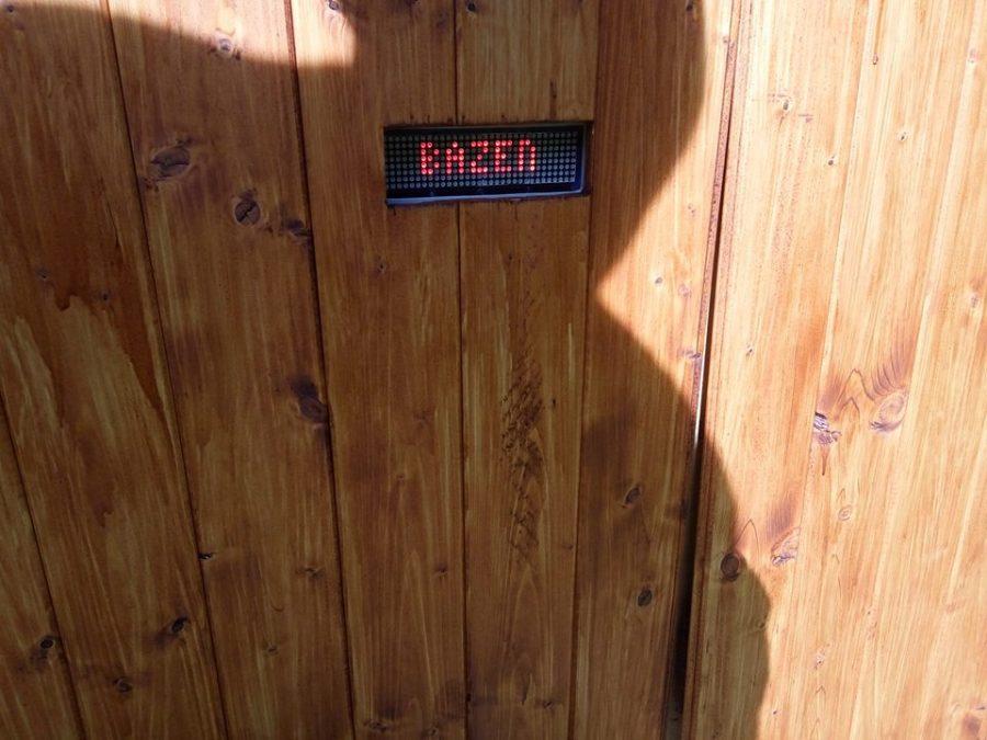 Umístění displeje ve dveřích