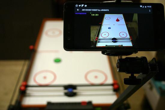 Arduino Air hockey - Chytrý telefon analyzuje pohyby puku a řídí jednu z pálek
