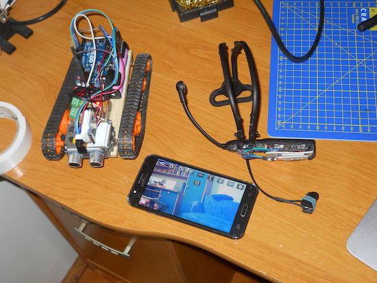 Arduiono robot ovládaný myslí: Robot, mobil s video přenosem a headset pro měření mozkových vln