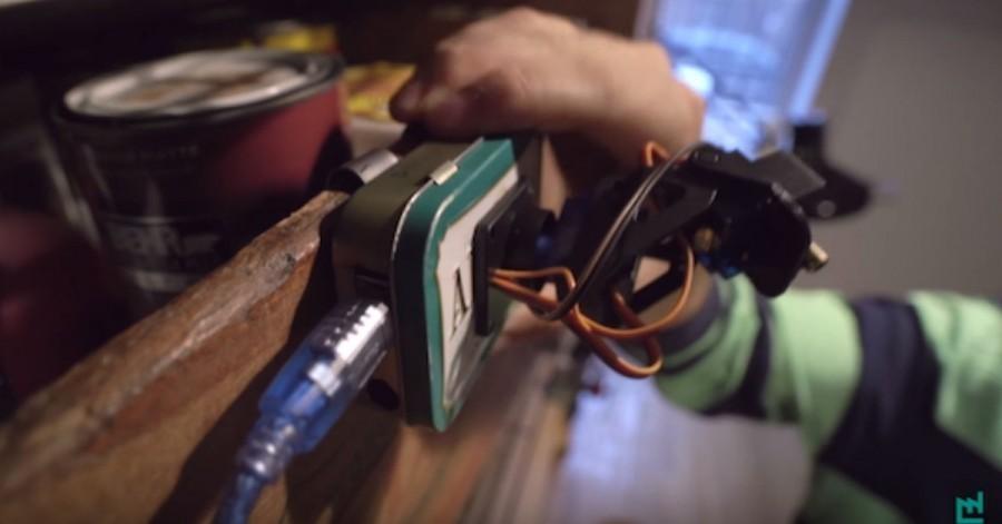 Arduino, laserové ukazovátko a dva servo motory