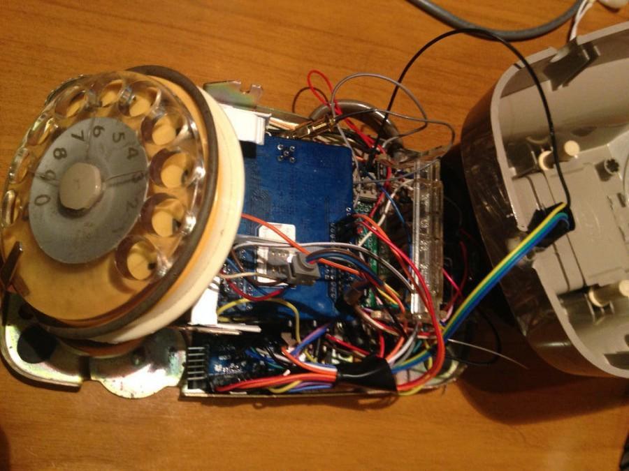 Pohled do útrob telefonu s rotačním číselníkem