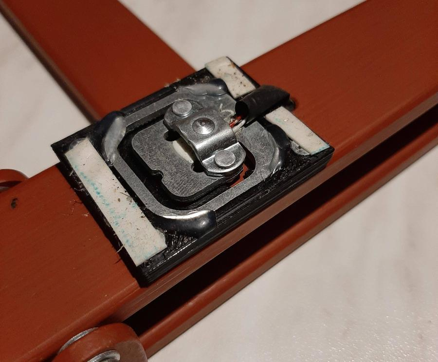 Arduino úlová váha - Tenzometr na podložce a proužky lepicí pásky pro upevnění krycího plechu
