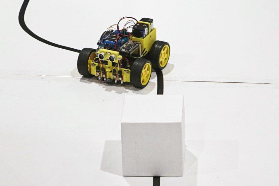 Robot se blíží k překážce