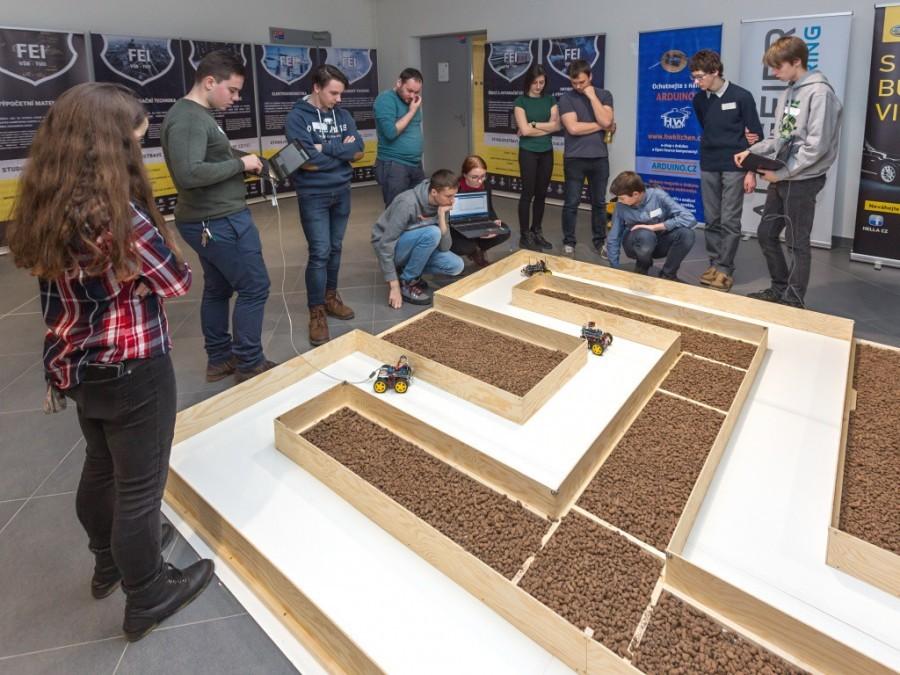 Bludiště v akci na soutěži Arduino robotů Student4Automotive
