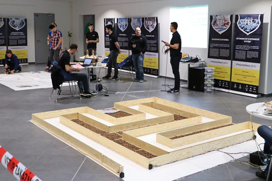 Čára a bludiště pro soutěž robotů