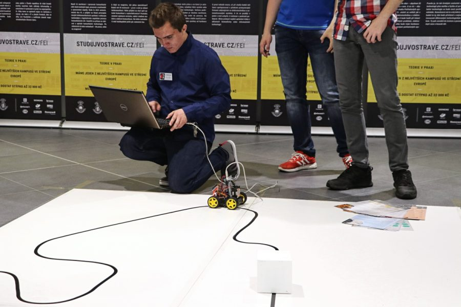 Lazení programu robota přímo na čáře