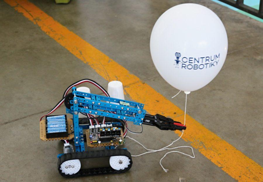 Robot s rukou v Centru robotiky