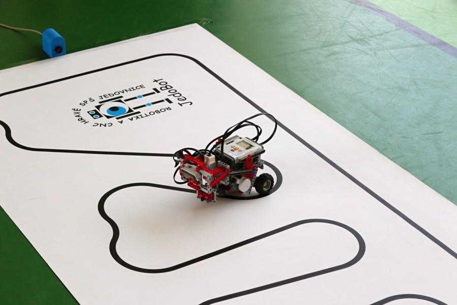 Čárový LEGO robot