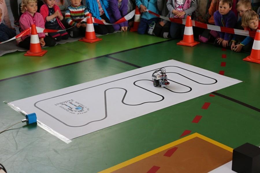 Čárový robot z Lego Mindstorm jede po čáře