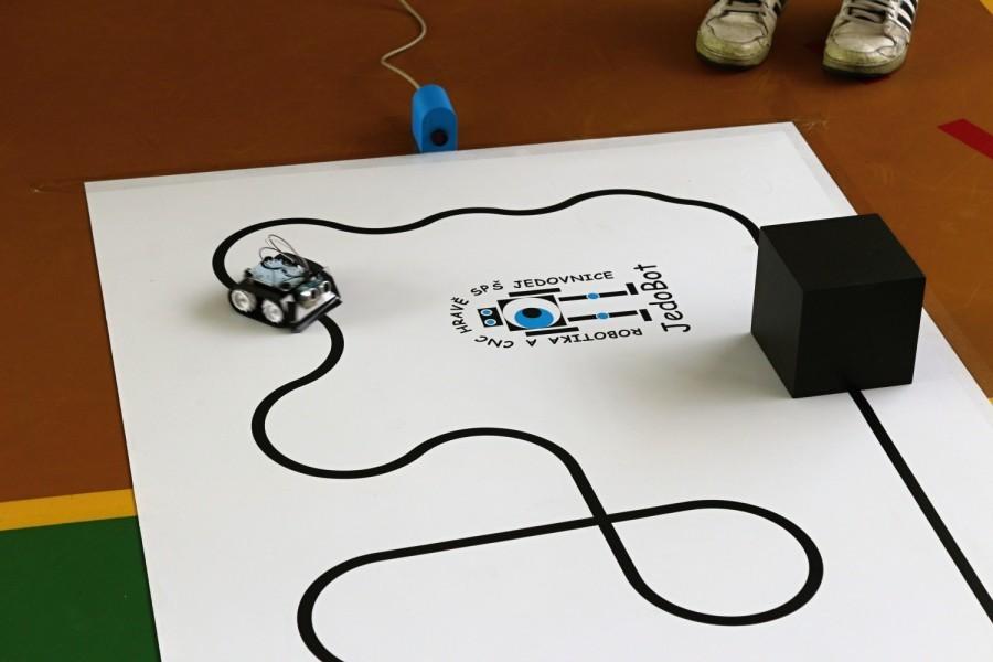 Čárový robot s procesorem - tank