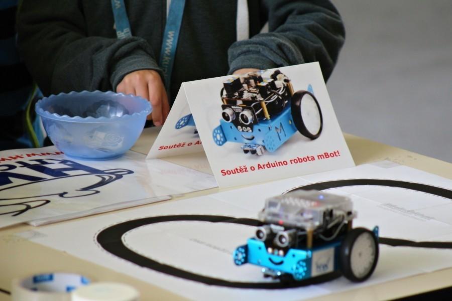 Soutěž o Arduino robota mBot - mBot jezdí po čáře