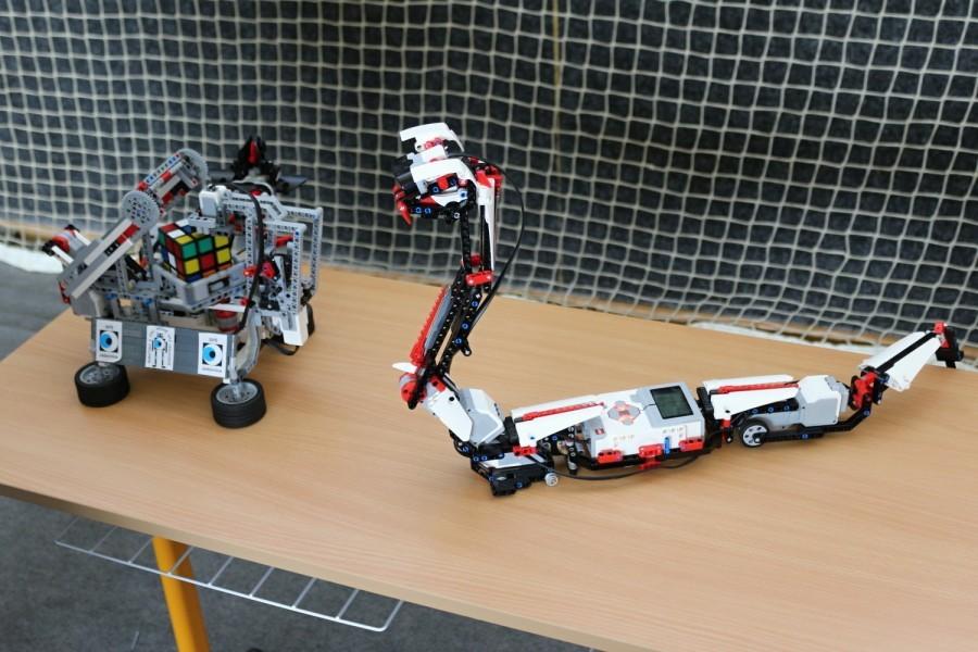 Výstavka robotů z Lega - robot na složení Rubikovy kostky a robot had