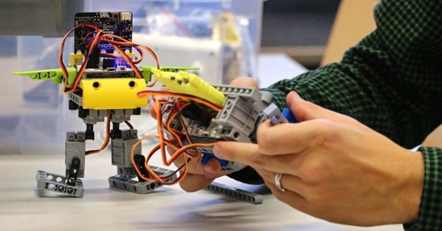 LEGO se srdcem z micro:bitu aneb jak rozpohybovat stavebnici
