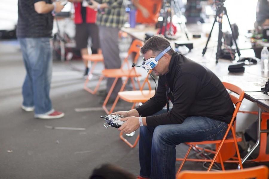 Maker Faire Bay Area: V jednom pavilonu probíhal závod dronů.