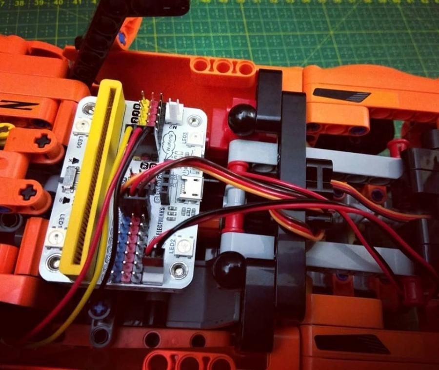 Detail desky Wukong pro micro:bit v motorizaci LEGO 42093
