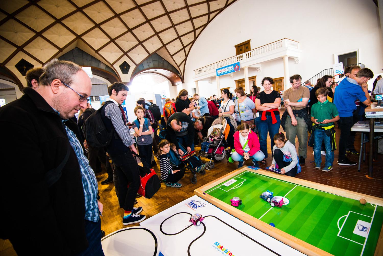Stánek HW Kitchen + Arduino.cz v obležení :)