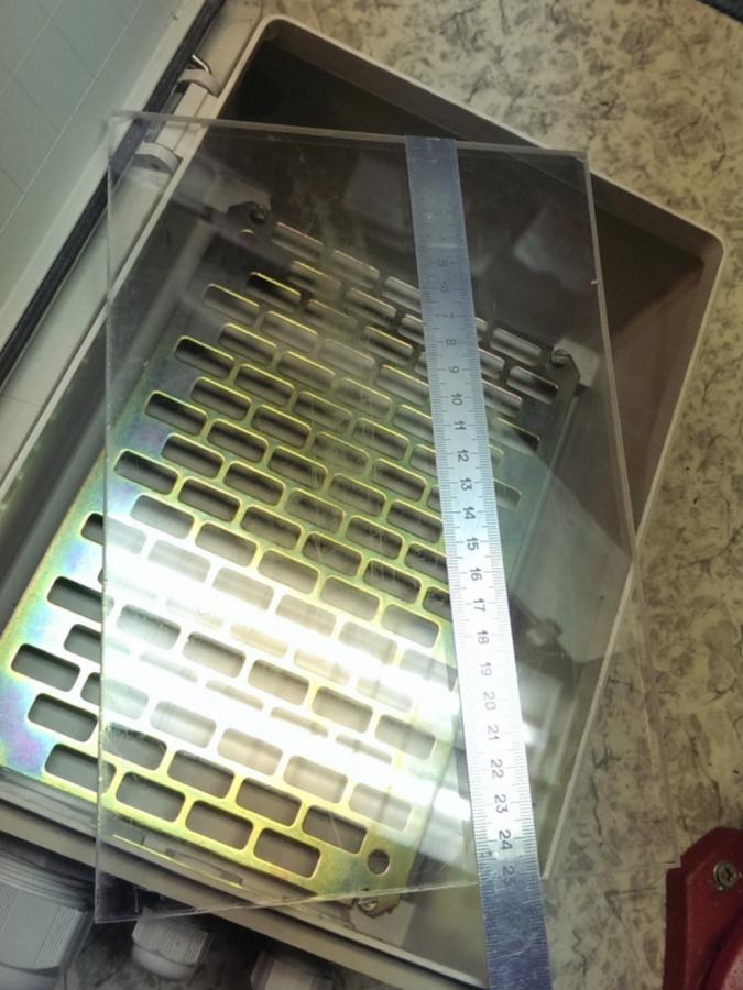 Plexisklo na uchycení komponent - Skříňka Legrand