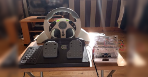 Arduino sumobot řízený herním volantem