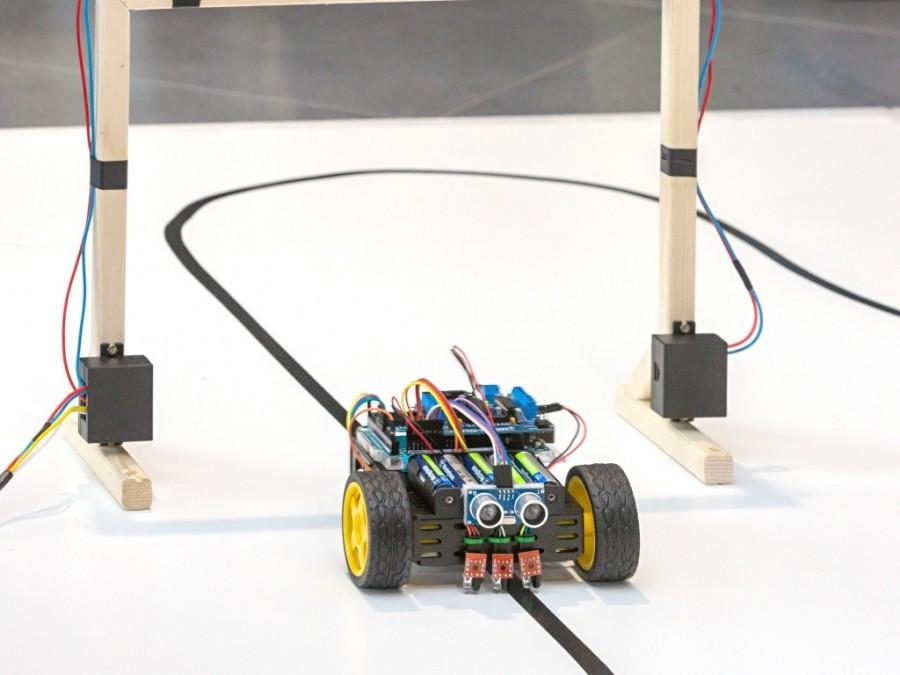 Průjezd cílovou čárou na soutěži Arduino robotů