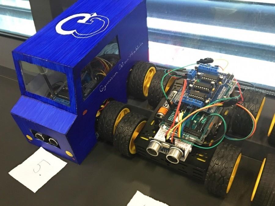 Ukázka Arduino robotů - vlevo i s kapotou!
