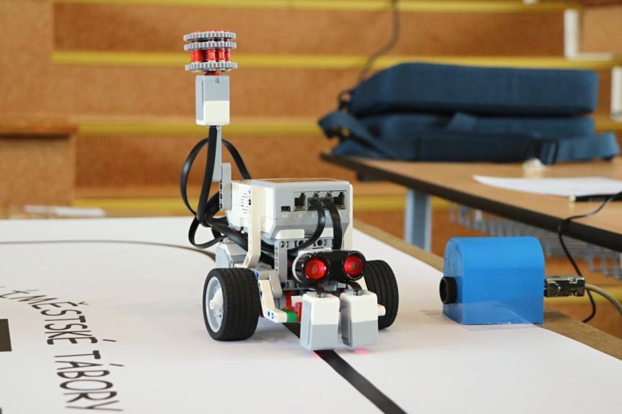 LEGO robot projíždí cílem