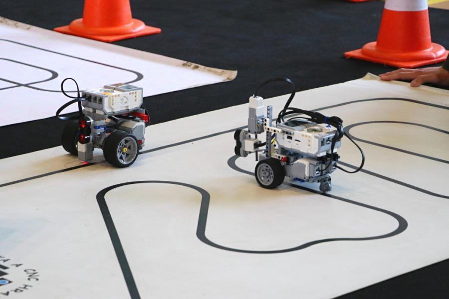 LEGO roboti jedou po čáře