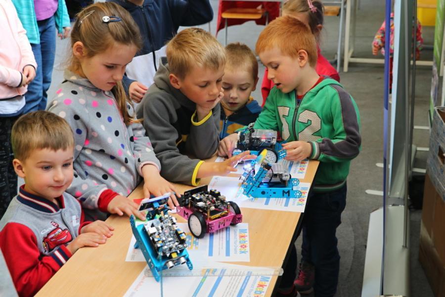 Děti testují projekty s robotem mBot