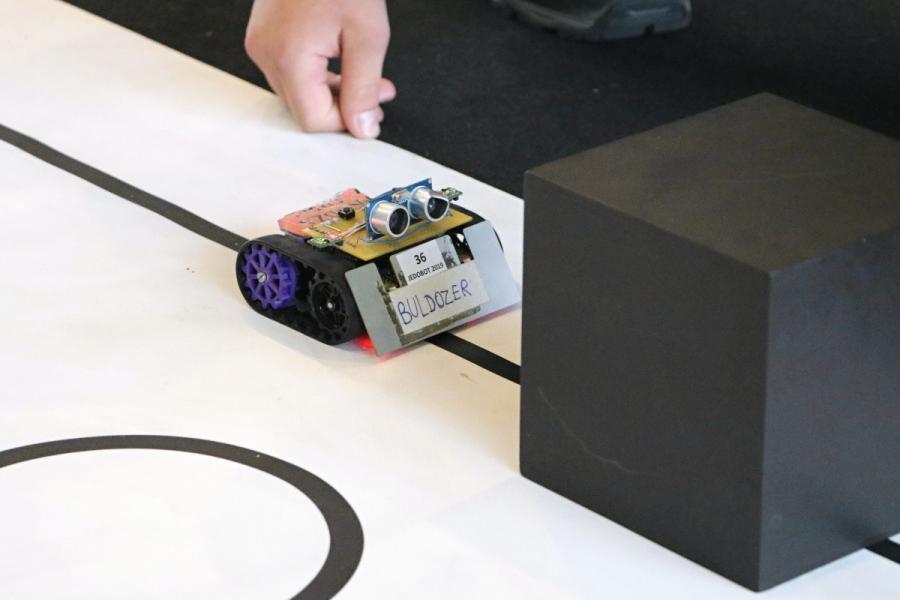 Arduino robot před překážkou