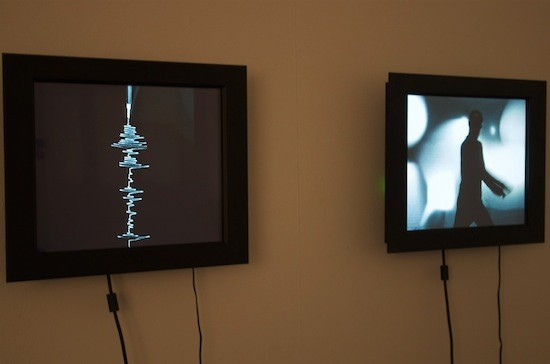 Monitory s grafem seismografu a pohyby tanečníka.