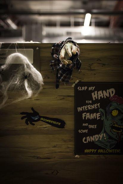 Umístění zombie ruky v kanceláři